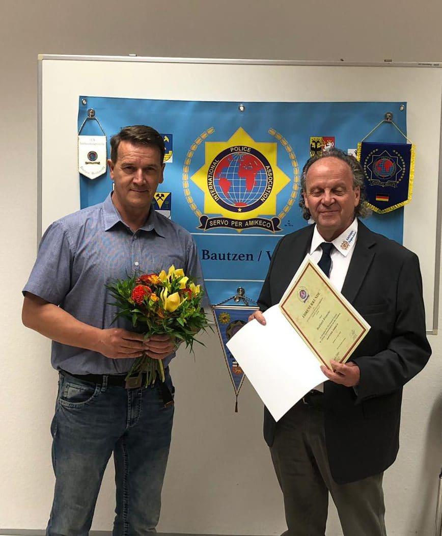 Goldene Ehrennadel für den Verbindungsstellenleiter Burkhardt Rönnecke (li.) für 18jährige Vorstandsarbeit überreicht durch den Sekretär der Landesgruppe Sachsen, Jürgen Sahre
