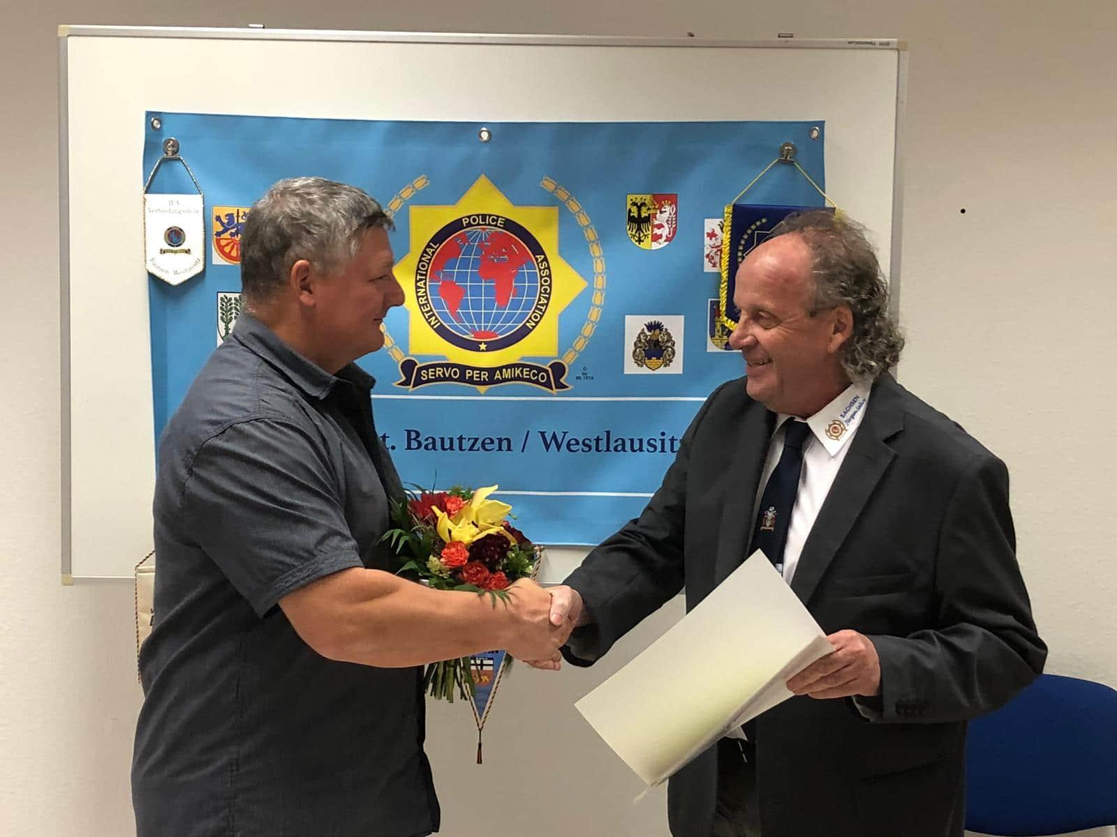 Goldene Ehrennadel für Sekretär Matthias Richter (li.) für 9jährige Vorstandsarbeit überreicht durch den Sekretär der Landesgruppe Sachsen, Jürgen Sahre